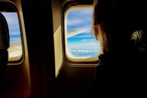 une fille dans un avion